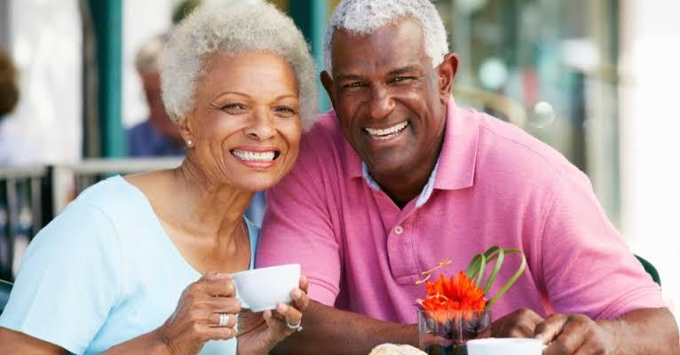 Metade dos idosos faz sexo e índice é mais alto entre homens, diz pesquisa